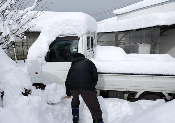 軽トラックの雪をどける